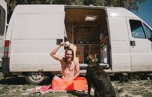 Najeli společně 33 tisíc kilometrů a procestovali 13 zemí. Po roce života v dodávce se Barbora Masaříková (29) z Náměště nad Oslavou a brněnský rodák říkající si Forest (27) se vrátili domů a svěřili Aha! pro ženy svůj příběh. Jak se koupali vdětské vaničce, v Norsku dojili kozy, během cesty se stali úspěšnými automechaniky, ale také omylem přiotrávili vlastního psa Samuela… Co všechno ještě prožili?