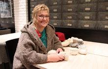 Už jako holka milovala zvířata a nejrůznější ruční práce. Vše, po čem dlouho dychtila, se stalo skutečností až po téměř čtyřiceti letech. Eva Uxová (56) zPrahy teprve před pěti lety vystudovala vysokou školu. Zbývalé ženy za pultem se stala první střihačkou ovcí v Česku a místo kostýmků teď vzaměstnání dobrovolně obléká holínky. Třešničkou na dortu jsou potom její jedinečné šály. Ty vyrábí a prodává až na druhý konec zeměkoule.