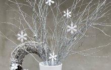 """Podle kalendáře je zima, období, kdy by mohla všude kolem nás ležet bílá prachová peřina a ledové krystalky by kouzlily krásné ornamenty na sklo i do sněhu. Pokud k vám ještě """"bílé kouzlo""""nedorazilo, vyčarujte si ho sami. Je to docela snadné! Stačí vám ktomu bílé proutí a vločky znejrůznějších materiálů. Dekorace je to sice minimalistická, ale věřte, že váš domov hezky zútulní!"""