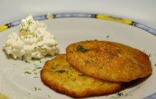 POTŘEBUJETE: 6 větších brambor 3 mrkve 2 cibule 4 stroužky česneku 100 g anglické slaniny 1 lžičku mletého kmínu 2 lžíce nasekaných čerstvých bylinek 3 vejce 4 lžíce polohrubé mouky a další dle potřeby 1 lžičku soli, pepř, rostlinný olej na smažení