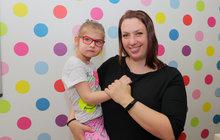 Až do porodu neměla Hana Knappová (34) ani tušení, že by se jí mohlo narodit dítě spostižením. Těhotenství probíhalo normálně, a i když nakonec rodila císařským řezem, bylo pro ni postižení dcery nečekané. Terezka (4) trpí mozkovou obrnou a mikrocefalií a většina odborníků tvrdila, že bude celý život ležák, který se nebude moc vyvíjet. Dnes holčička zvládá základní komunikaci, sama sedí nebo se pohybuje po zemi. To vše díky velké síle a odhodlání rodičů, kteří se snaží dělat maximum.