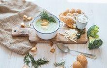 POTŘEBUJETE: 1 velkou brokolici, 1 cibuli, 250 ml bílého jogurtu, 600 ml zeleninového vývaru, 2 lžíce másla, 100 g tvrdého sýra, sůl, mletý pepř, krutony a čerstvý kopr
