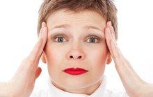 Fyziologickou příčinou menopauzy je opotřebování a ztoho plynoucí postupné vyhasínání, respektive útlum funkce vaječníků. Jde o přirozený proces, kterému se žádná žena nevyhne a kdy se snižuje produkce ženských pohlavních hormonů. Jednak estrogenu, který je zodpovědný za sekundární ženské pohlavní znaky, vývoj děložní sliznice i přítomnost libida, a dále pak progesteronu, který je pro změnu zodpovědný za plodnost.