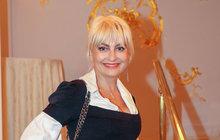 Kdysi se nebála být občas za rebelku, dnes je spisovatelka a novinářka Barbara Nesvadbová (45) známá jako autorka mnoha knih, ve kterých často nechybí téma lásky. Právě ta je pro ni vživotě velmi důležitá. Je maminkou téměř dospělé dcery Bibiany (17), kterou má se svým bývalým manželem Karlem Březinou (47). Momentálně je šťastně zadaná. Zda ji ale tato láska dovede podruhé koltáři, není jisté. Na čem většinou ztroskotaly její partnerské vztahy? A co prozradila na svoji dceru?
