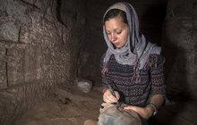 Starověký Egypt je fascinující. Všichni obdivujeme starobylé pyramidy, sfingy, sarkofágy…Pro Martinu Bardoňovou (35), PhD., je ale historie této dávné civilizace denním chlebem. Česká egyptoložka se podílí na archeologických výzkumech vtéto oblasti a už má na svém kontě spoustu zajímavých objevů. Jaké to je hledat vstupovat do hrobek a dotýkat se předmětů, které používal třeba egyptský faraon?
