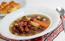 POTŘEBUJETE: 250 g strakatých fazolí, 2 lžíce oleje, 50 g anglické slaniny, (nakrájené na kostičky) 2 cibule (nadrobno nakrájené), 2 rajčata (nakrájená na kostičky), 1 lžíci hladké mouky, 1 lžičku mleté sladké papriky, 1 klobásu (nakrájenou na kostičky), 1 stroužek česneku chilli sůl mletý pepř