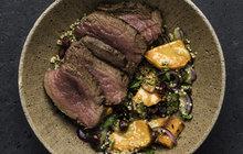POTŘEBUJETE: 600 g jeleního hřbetu, 1 lžíci sušeného tymiánu, olivový olej, 10 g másla, 4 kuličky sušeného jalovce, 1 stroužek česneku, sůl, pepř Na salát: 400 g syrových batát, 120 g bílé quinoy vsuchém stavu, 80 g červené cibule, 20 g sušených brusinek Na dresink: 1 lžíci dijonské hořčice, 1 lžíci jablečného octa, 1 lžíci nasekané petrželové natě, 1 lžičku medu