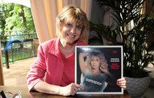 Svoje pěvecké nedostatky předčila krásou. Markéta Muchová (63) bývala v80. letech velkou hvězdou. Nejdříve oslňovala na přehlídkových molech jako manekýna, jenže když si ji pak pod svá křídla vzal lovec talentů František Janeček (76), její kariéra raketově stoupala. Ve Zlatém slavíku dokonce obsadila desáté místo a její album Superden šlo na dračku. Předalo se jej tehdy přes padesát tisíc kusů. Mnozí jí však radili, aby mikrofon do ruky raději nebrala.