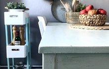 Využijte dřevěné bedýnky kvýrobě originálního poličkovníku. Vyjímat se bude v kuchyni, kam do něj vložíte koření nebo bylinky, v dětském pokoji shračkami nebo na terase. Vytvořte si jej podle návodu dívek zfirmy Monterki ve spolupráci sBalakrylem.