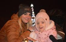 Když malá Alexandra (4) dostala půl roku po svém narození první epileptický záchvat, byl to pro její maminku, Kateřinu Piňosovou (31) zProstějova, velký šok. Lékaři přišli následně na to, že děvčátko trpí vzácnou genetickou vadou a zřejmě i mozkovou obrnou. Kateřina se však rozhodla, že se nepřízni osudu nepoddá. Ačkoli je samoživitelka, je rozhodnuta za zlepšení zdravotního stavu své dcery bojovat po celý život…