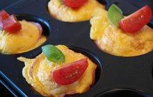 POTŘEBUJETE: 6 středních mrkví, 100 g jemných ovesných vloček, 150 g sýru feta, 6 vajec, 4 lžičky lněných semínek, 100 g šunky, 40 g sušených rajčat, sůl, mletý pepř, máslo