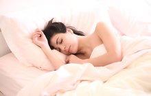 Převalujeme se večer vposteli a nemůžeme zabrat. V noci se často budíme a ráno máme pocit, že jsme vlastně skoro nespali. Tohle někdy zažil každý z nás. Pokud ale problémy se spánkem přetrvávají, je takřka jisté, že se brzy odrazí na duševní pohodě a fyzickém zdraví. Spánek je totiž dokonalý lékař. Spát bychom ale měli přirozeně a kvalitně, i bez pomoci léků. Jak na to? Radí psychoterapeut Libor Činka, který svůj život zasvětil zkoumání mozku a jeho možnostem, hypnoterapii a dalším psychologickým oborům.