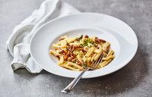 POTŘEBUJETE: 400 g krátkých těstovin (penne, farfalle…), 400 g hub (např. žampiony), 200 g sýra Taleggio, máslo, olivový olej, česnek, zelenou petrželku, sůl a mletý pepř