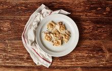 POTŘEBUJETE: 100 g hladké mouky, 1 vejce sůl, 1 lžičku olivového oleje Na náplň: 150 g dýně hokaido, 1 lžíci olivového oleje, strouhaný muškátový oříšek, 5 rozmačkaných sušenek Amaretti, mletý pepř, 1 žloutek na potření Na dokončení: hoblinky sýru Gran Moravia na posypání, máslo na polití