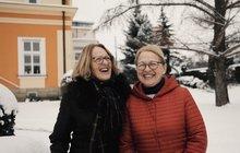 """Přátelí se spolu dlouhá léta. A proto, když Lenka (69) začala mít vážné zdravotní problémy, prožívaly s Hankou (69) trápení spolu. Potíže se však začaly zhoršovat, ke konci byla pacientka schopná ujít s velkým přemáháním sotva sto metrů. Lékaři konstatovali, že jedinou možností na plnohodnotný život je transplantace ledviny. Její nejlepší kamarádka tenkrát neváhala ani minutu a nabídla se jako dárce orgánu. """"Zachránila mi nejen samotný život, ale i jeho vysokou kvalitu,"""" svěřuje se paní Lenka."""