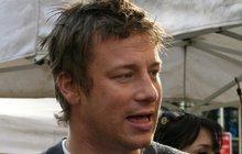 Zřejmě nejznámější britský televizní kuchtík Jamie Oliver (42) sice neustále dává na odiv své bohatství, ale asi by měl spíš začít šetřit. Slavný šéf totiž bude patrně muset zavřít 12 italských restaurací svého řetězce Jamie´s Italian.