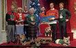 Královská rodina z muzea Madame Tussauds ve vánočních svetrech.