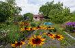 Jaro letos začalo brzo a je čas začít něco dělat, aby vám zeleň kolem domů a chat dělala celý rok radost. Ostatně, většinu zahradníků a zahradnic už stejně po zimě svrbí prsty, už už chtějí sít, sázet či prořezávat. Vrhněte se do práce! Čím začít?