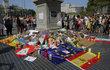 Lidé přinášejí květiny a svíčky na Las Ramblas.