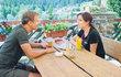 Německý playboy Florian Stadler (46) v seriálu Policie Modrava pěkně zamotal hlavu slovenské krásce Soně Norisové (46). Zmateni z němčiny, slovenštiny a češtiny se scházeli mimo objektivy kamer. Co je k tomu vedlo?