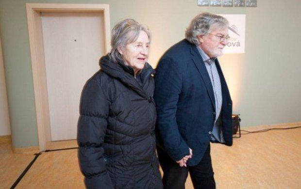Jejich manželství trvá neuvěřitelných šestapadesát let. I když i Nina Divíšková (82) a Jan Kačer (82) museli překonat těžká období, přesto spolu vydrželi a vychovali tři dcery. Jenže kvůli těžké nemoci Niny teď možná dospěl jejich vztah do fáze vůbec nejtěžší.