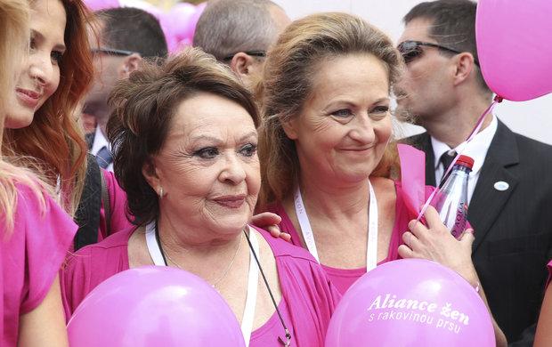 Herečka Simona Stašová (63) o zákeřné nemocni neměla vůbec tušení. Až když ji bolesti téměř zničily, pochopila, že je zle. Tehdy celou situaci vzala do rukou její matka Jiřina Bohdalová (87) a své dceři tím dala podruhé život.