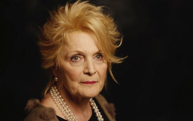 """Dlouhých 18 let Regina Rázlová nehrála na divadle, ani ve filmu. Zato teď jde z role do role. Po soudech, kriminálu, léčebně a velkých zdravotních problémech si ve svých 71 letech usmyslela, že se upracuje k smrti. """"Chtěla bych zemřít na jevišti nebo před kamerou. Nebyla by to špatná smrt,"""" svěřila deníku Aha! herečka."""