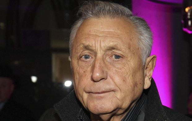 Dle informací televize Nova leží oscarový režisér v nemocnici v umělém spánku po vážné operaci.