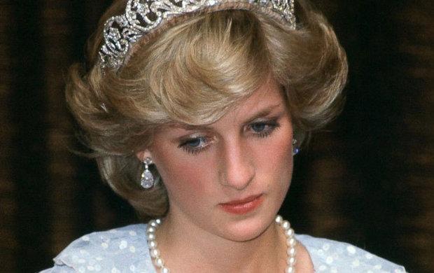 Když se Diana v roce 1996rozvedla s Charlesem, byla na jeho příkaz obrána o neprestižnější z titulů. Podle dobře informovaného zdroje, je Willy připraven tuto nepravost odstranit. Nejprve ale musí usednout na královský trůn.