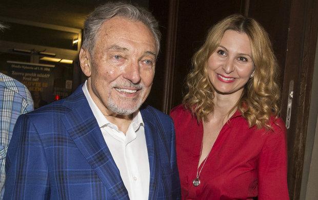 Se založením agentury Karel Gott Agency se veřejnost poprvé může podívat, jak zpěvák Karel Gott (78) a jeho manželka Ivana (42) vydělávají. Za rok 2016 to sice nebyla malá částka, ale dříve zpěvák vydělával daleko víc.