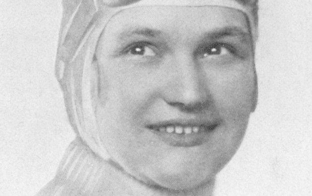 Kdyžv roce 1927 vyhrála vPaříži ženský automobilový závod Coupé des Dames, bylo to něco neuvěřitelného. Ale nebyl to první a zdaleka ani poslední úspěch Elišky Junkové (†93). Světoznámá česká automobilová závodnice byla navíc na svou dobu opravdu mimořádná a emancipovaná žena. Cvičila vSokole, plavala, jezdila na kole, studovala hudbu u samotného Leoše Janáčka (†74). Snadno se také učila jazyky, toužila cestovat a nebála se jít za svými sny…