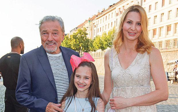 Byla hvězdou bratislavského koncertu svého táty! Vystoupí s ním ale Charlottka Ella Gottová (12) také 12. června v pražské O2 areně? Podle zjištění deníku Aha! to záleží jen na ní. Táta Karel (78) jí do toho nechce mluvit.