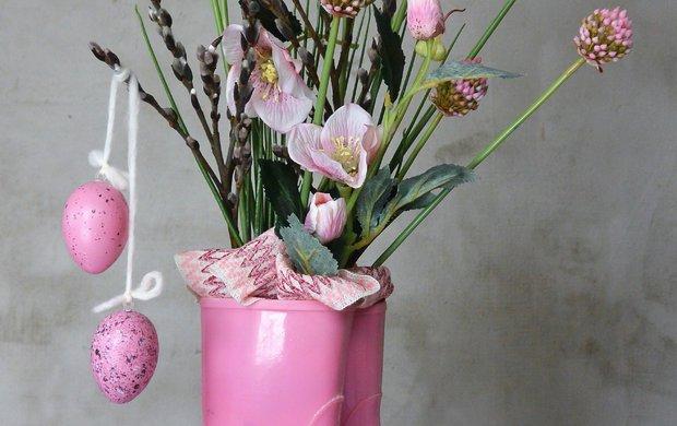 Boty a květiny? Spojením dvou zdánlivě neslučitelných věcí může vzniknout nevšední jarní dekorace. Designérka Martina Krumphanslová si pro svůj nápad vybrala gumové holínky. K jaru se skvěle hodí a po dětech vám jich možná doma zbyla celá fůra. Zkombinujte je skvěty, kraslicemi či dalšími velikonočními motivy a rázem máte vkusný kousek na dobu blížících se svátků. Po Velikonocích je jednoduše odstraníte a budete se kochat originální výzdobou až do konce jara. Fantazii se meze nekladou, tahle výzdoba vnese osobitost do všech interiérů.