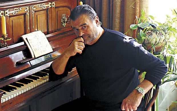 Nešťastný skladatel si prý měsíc před sebevraždou nechal operovat srdce. Něco podobného přece nedává vůbec žádný smysl!