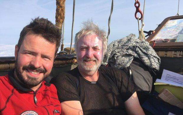 Kbalonům se Aleš Vašíček (38) dostal náhodou. Vždy byl trochu dobrodruh, což se projevilo, když se vroce 2014 jako novinář zúčastnil expedice Trabantem napříč Jižní Amerikou. O rok později se rozhodl překonat svůj strach zvýšek a natočil pořad o balonovém létání, který končil jeho sólovým letem. Tehdy také se seznámil spilotem balonu Janem Smrčkou (58) a vzduchoplavectví propadl. Společně se pak jako první Češi vhistorii zúčastnili slavného Poháru Gordona Bennetta vbalonovém létání.