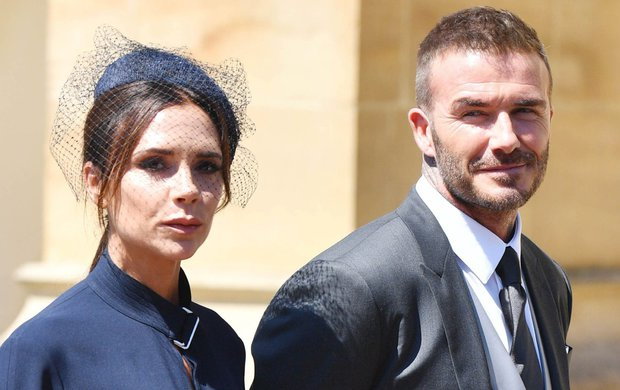 Victoria Beckham (44), ta se neusměje, jak je rok dlouhý. Kvůli byznysu chce prý působit co nejseriozněji. Ale že nevyloudí úsměv ani tak radostné události, jakou byla víkendová svatba prince Harryho (33) s Meghan Markle (36), to už zarazilo.