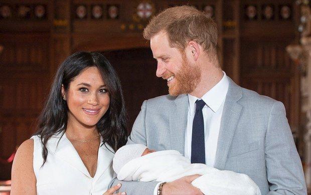Porod vévodkyně Meghan (37), která před dvěma týdny dala princi Harrymu (34) syna Archieho, provázela řada otazníků. Ten hlavní zněl: Kde vlastně Archie Mountbatten-Windsor přišel na svět?