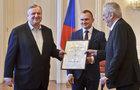 Perný den prezidenta Zemana: Koštoval tuzemské víno a vyznamenal biskupa!