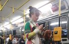 Překvapivá jízda Pogodové: V divadelním kostýmu tramvají!