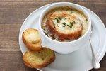 Dobroty, které znáte z dovolené: Musaka, cibulačka i italské špagety