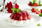 Nepečené jahodové dezerty: Lehký dort i svěží poháry se smetanou