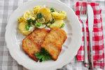 Řízek s klasickým vídeňským salátem