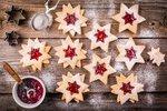 """Řešíte, kolik druhů vánočního cukroví je dost, nebo se chystáte nějaké """"uplácat"""" na poslední chvíli? Ať už to první nebo to druhé, máme pro vás spoustu receptů na jednoduché i náročnější vánoční cukroví, ze kterých si jistě vyberete! Jaké cukroví nesmí chybět na vašem vánočním stole?"""