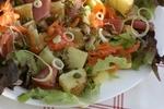 Bramborový salát s lososem a parmskou šunkou