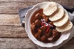Jak uvařit nejlepší guláš? Základem jsou dobré maso, cibule a trpělivost!