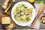 Salát caesar: Klasika, kterou zvládnete rychle a snadno i sami doma!