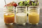 Domácí dresinky do všech salátů: Italský, francouzský i česnekové aioli