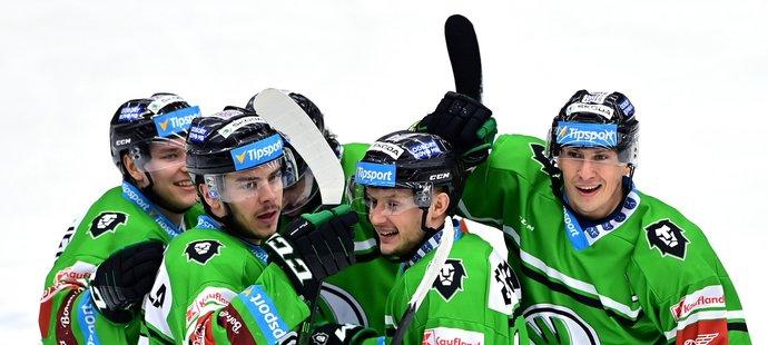 Hokejisté Mladé Boleslavi se radují z gólu