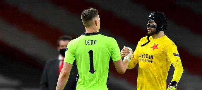 Gólman Arsenalu Bernd Leno se zdraví se slávistickou jedničkou Ondřejem Kolářem