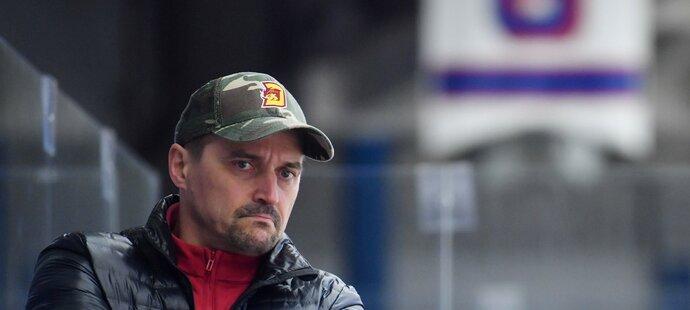 Zasmušilý Viktor Ujčík na lavičce Jihlavy v prvním finálovém zápase v Kladně